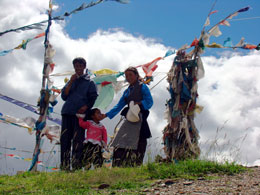 Tibetan-family-at-Yarlung-V